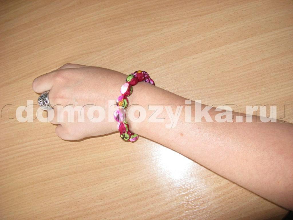Из ткани и бусин можно сделать оригинальный браслет.  Такой шелковый браслет очень моден в этом сезоне.