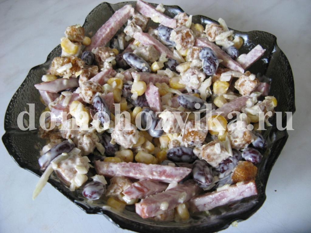 салат с фасолью и колбасой и сухариками