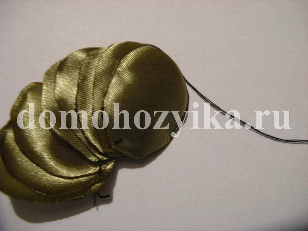 Резинка для волос Цветок из атласной ленты.