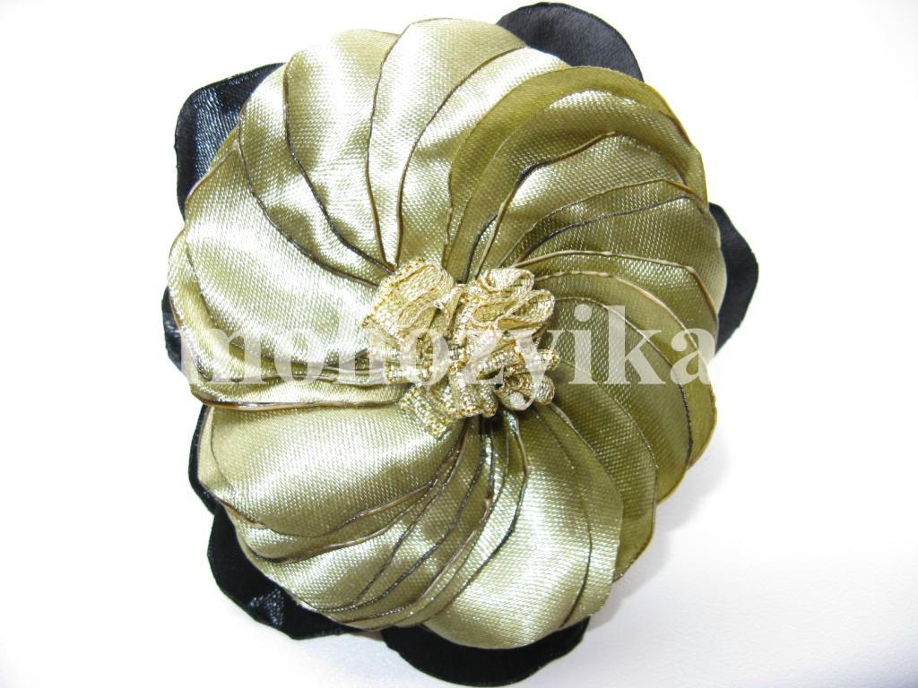Резинка для волос своими рками.  Цветок сделан из атласной ленты.  Нарядная и красивая получилась резинка.