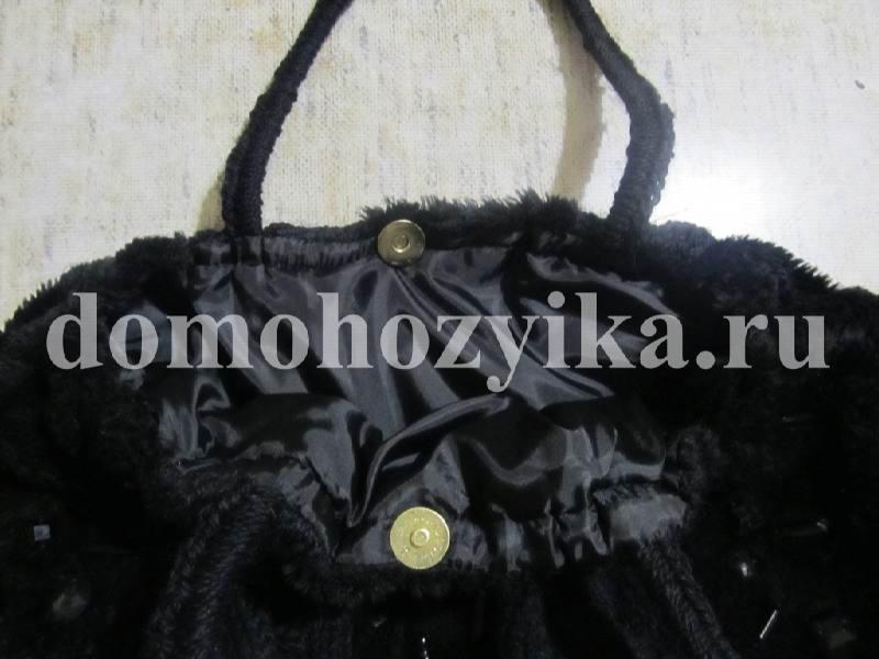 b9d11d69a3d6 Из меха вырезаем полоску под размер верхней окружности сумки. Вручную  сшиваем ее делая жгут.