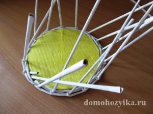 shkatulka-iz-gazetnyx-trubochek-s-rozami_10