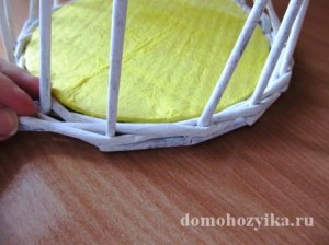 shkatulka-iz-gazetnyx-trubochek-s-rozami_11