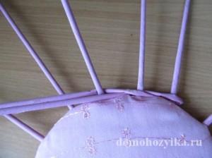 shkatulka-iz-gazetnyx-trubochek-s-rozami_20