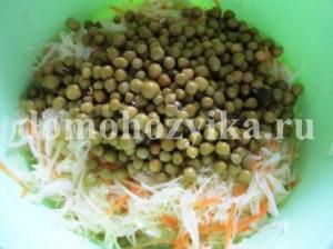 salat-iz-kapusty-s-zelenym-goroshkom_7