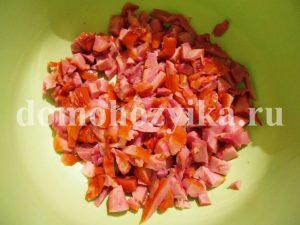 salat-s-suxarikami-i-kopchenoj-kuricej_1