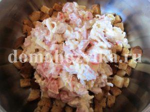 salat-s-suxarikami-i-kopchenoj-kuricej_7