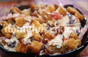 salat-s-suxarikami-fasolyu-i-pomidorami_1