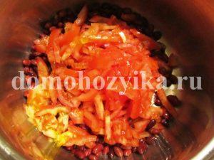 salat-s-suxarikami-fasolyu-i-pomidorami_3
