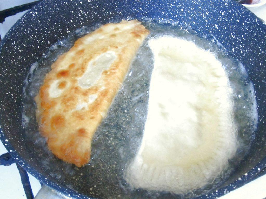 Чебуреки из слоеного теста рецепт с фото